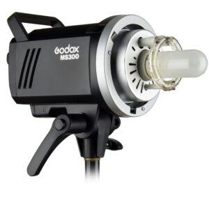 Godox MS300 je snažna blic glava sa odličnim odnosom cene i mogućnosti. Kao i sve Godox glave, poseduje integrisan bežični risiver i može se okidati daljinskim putem
