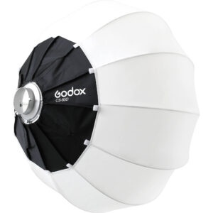 Godox Lantern softbox CS-85D vam omogucava da podignete nivo osvetljenja na viši nivo. Idealan da stoji iznad seta i da odozgo podiže opšti nivo osvetljenosti, bacajući svetlost pod vrlo širokim uglom od 270° . Njegov prečnik iznosi 85cm. Namenjen je za kombinovanje sa Godox LED glavama poput SL-150, VL200 i svim drugim LED ili blic glavama koje poseduju Bowens kačenje.